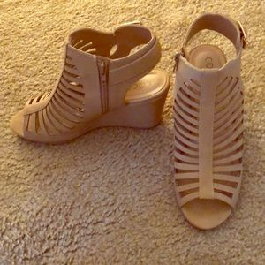 Cute light brown/tan wedges!